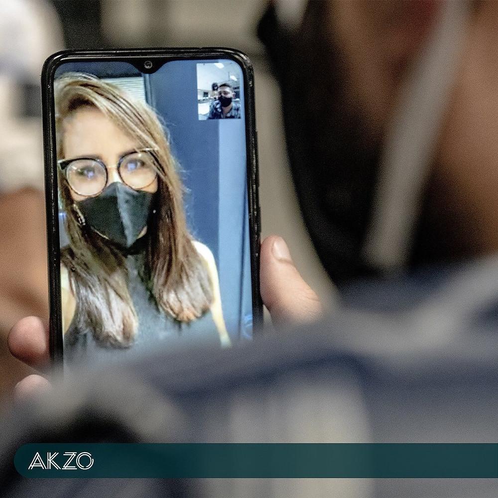 Reunião através de chamada de vídeo no AKZO Coworking