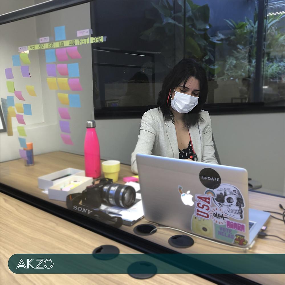 Estação de trabalho confortável em coworking com separação de acrílico