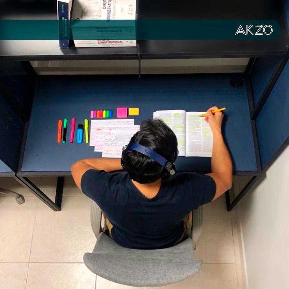 Estudante em mesa individual no maior coworking de Brasília