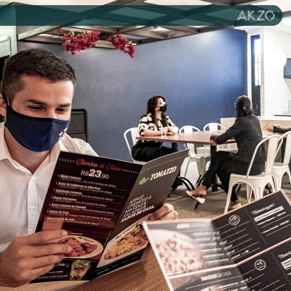 Residentes olhando cardápio dos restaurantes do AKZO Coworking