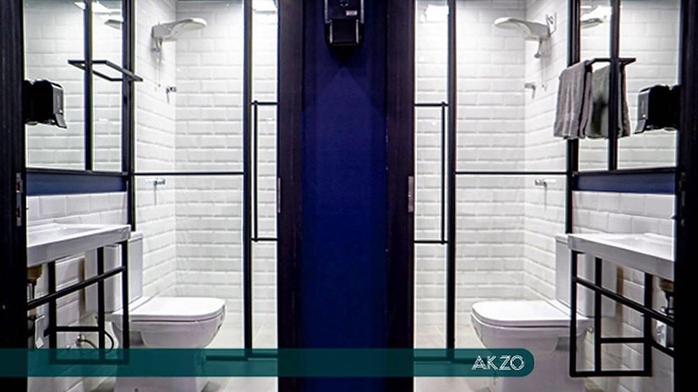 Banheiros com chuveiro e secador no AKZO Coworking