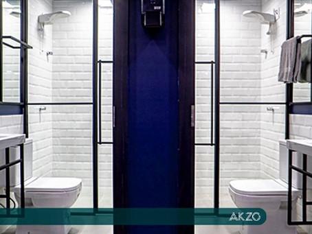 Banheiros com chuveiro no AKZO Coworking