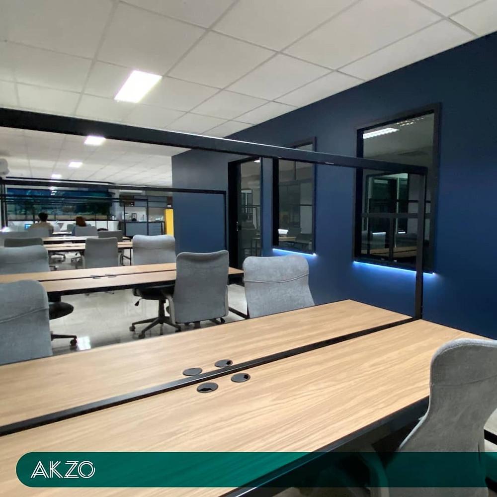 estações de trabalho em coworking com mesas, cadeiras ergonômicos e proteção contra covid