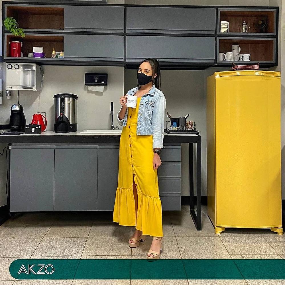 Mulher segurando xícara de café em coworking