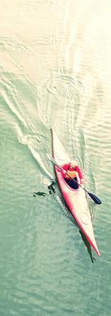 Vue en plongée de personnes Kayak Lac