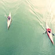 Vista elevada de personas kayak en el la