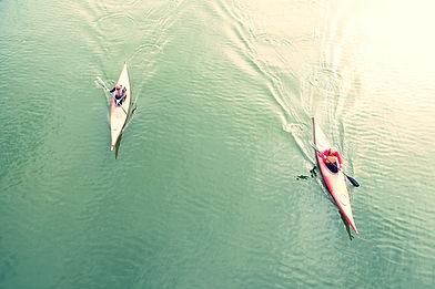 Veduta dall'alto di persone Kayak In Lag