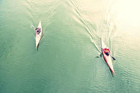Erhöhte Ansicht Menschen Kayaking im See