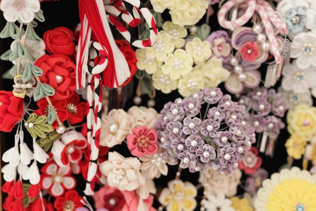 紫陽花や白薔薇など珍しいモチーフも取り入れて