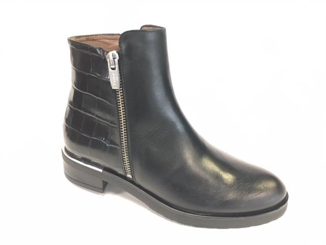 WND 197-300 Black Leather.JPG