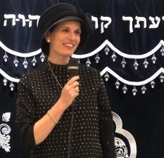"""הרבנית ימימה מזרחי בשיעור לחנוכה בביה""""כ 'תהילת אביב' ברמת אביב"""