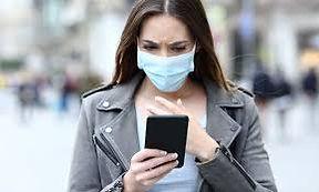 mujer con mascarilla y celular.jpg