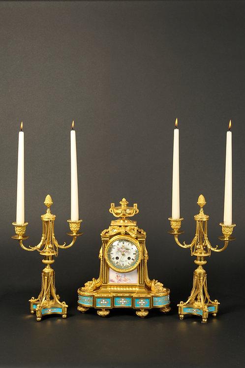 Feine Pendule mit 2-flammigen Leuchtern