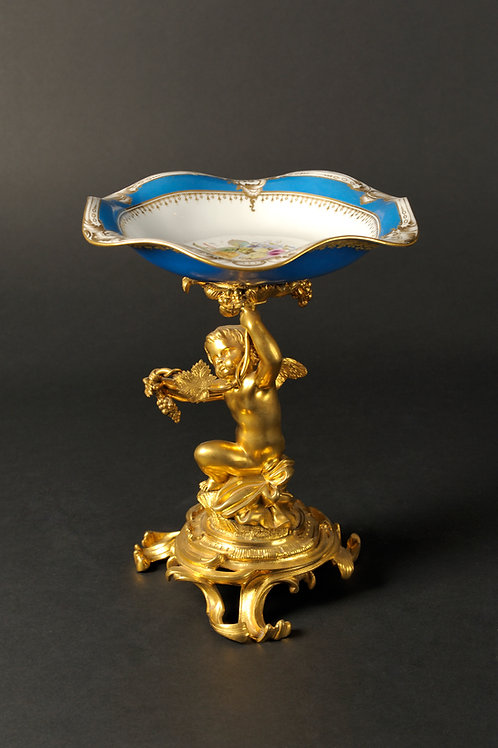 Feuervergoldeter Putti hält eine Porzellanschale