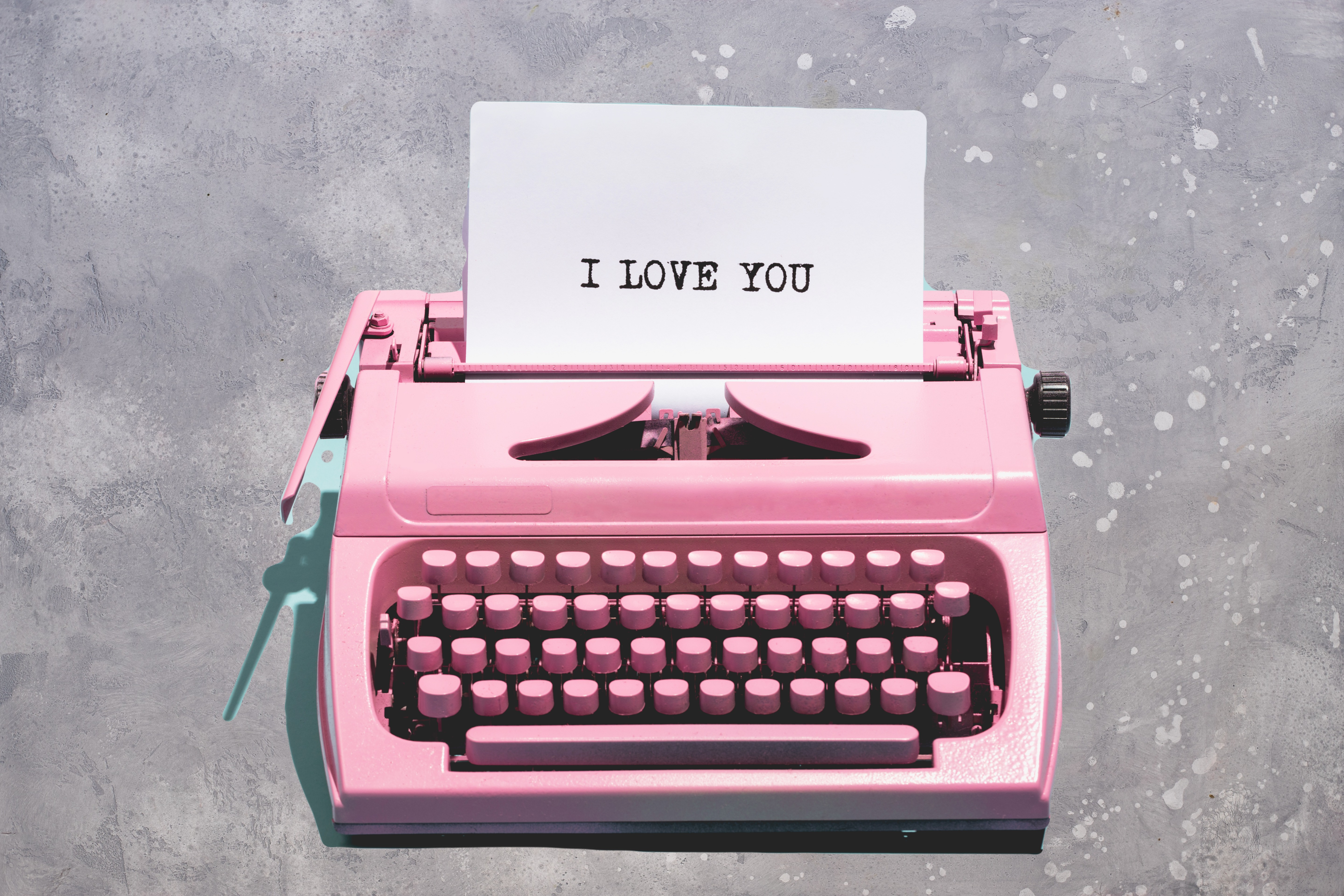 Pink%20vintage%20typewriter%20with%20a%2