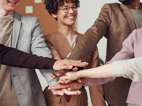A importância da inclusão e da diversidade em um ambiente empresarial.