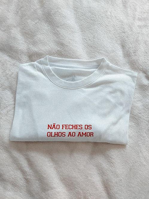 """""""Não Feches os Olhos ao Amor"""" T-shirt"""