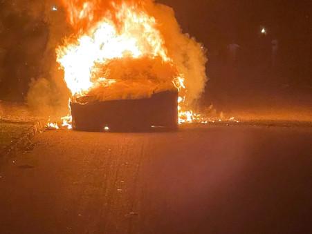 O carro elétrico da Tesla pega fogo enquanto proprietário dirigia