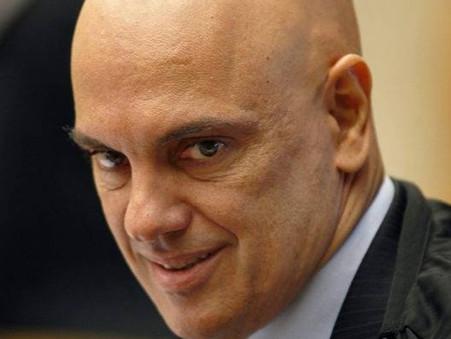 Alexandre de Moraes afasta delegado que apura suposta inferência de Bolsonaro na PF