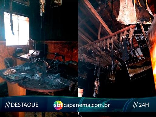 Incêndio de grandes proporções destrói estúdio de rádio em Peixe-Boi