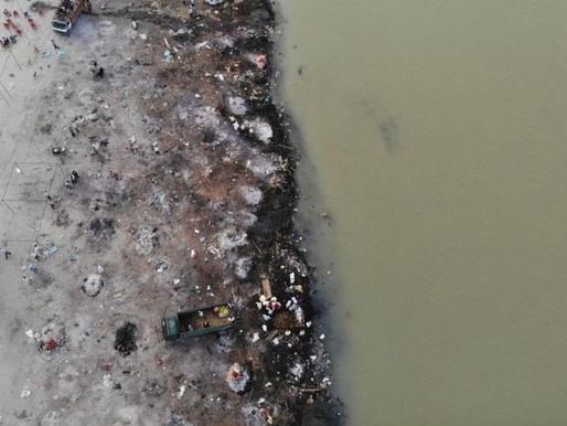 Rio Ganges vira 'cemitério' com corpos flutuantes ou enterrados às margens