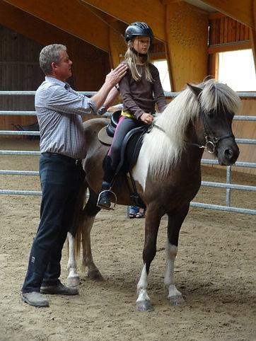 Pferdetrainer unterwegs. Höski Adalsteinsson bietet Hestafólk Training mobil an.