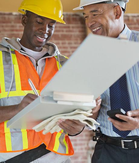 Handlare och arkitekt på byggarbetsplats