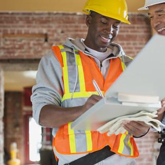 Commerciante e architetto in cantiere