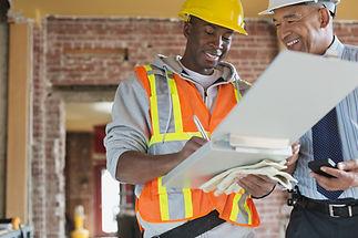 Tradesman og arkitekt på byggeplassen