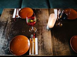 Die Tische werden im orginal spanischen Flair eingerichtet