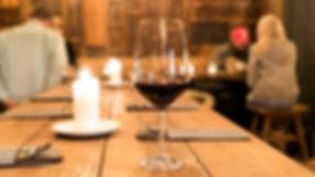 Viet Bowl Charlottenburg | Ein Glas Rotwein auf dem Tisch