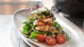 Viet Bowl Charlottenburg Gegrillter Lachs auf Rucola, frisch zubereitet