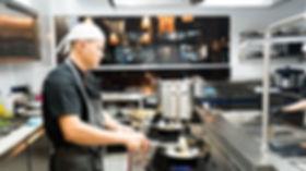 Viet Bowl Charlottenburg Koch bei der Zubereitung