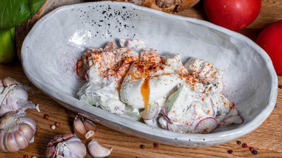 Салат из свежих огурцов, редиски, сметаны и яйцом-пашот