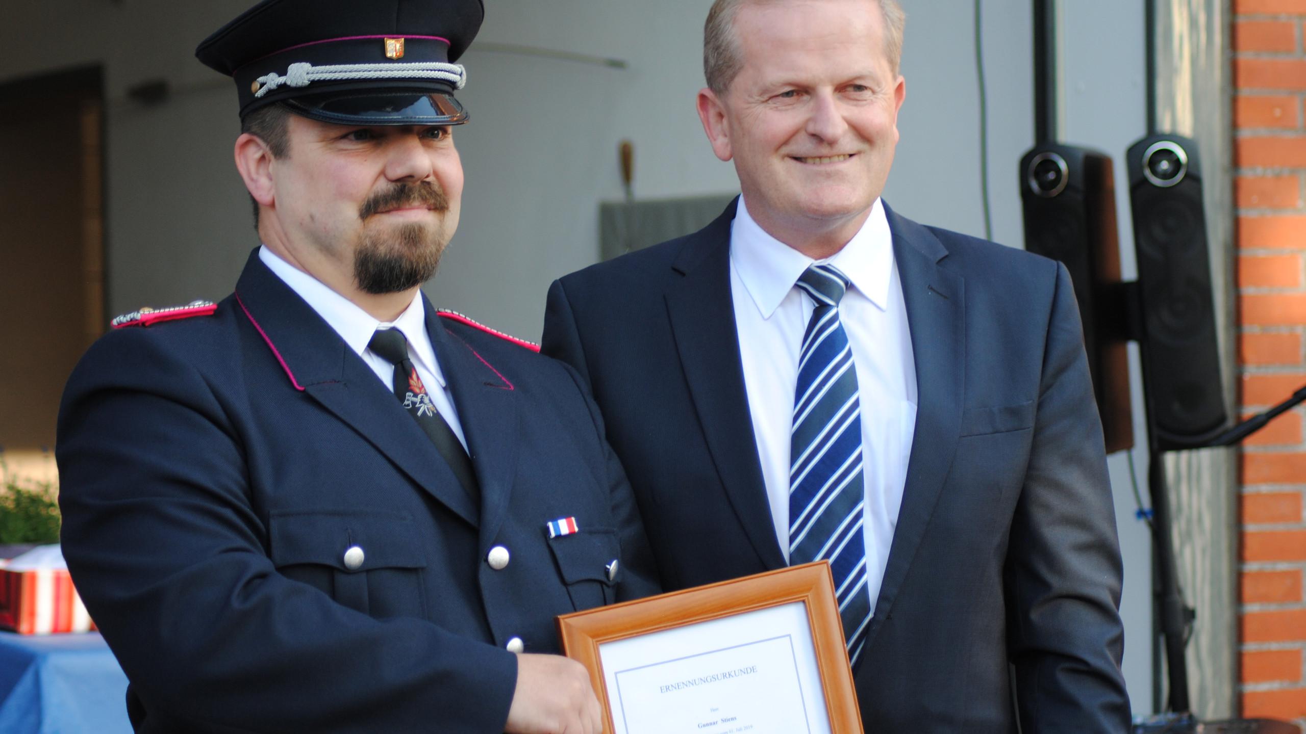 (links) Wehrführer Gunnar Stiens, (rechts) Bürgermeister Thorsten Klinger