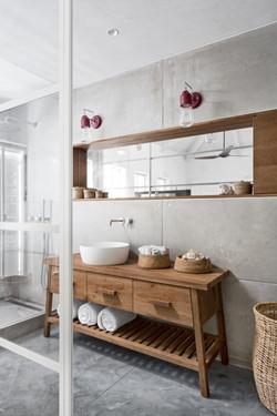 ארון מקלחת כפרי מעץ אלון