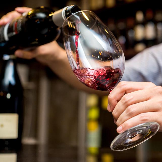 Hælde rødvin i glas