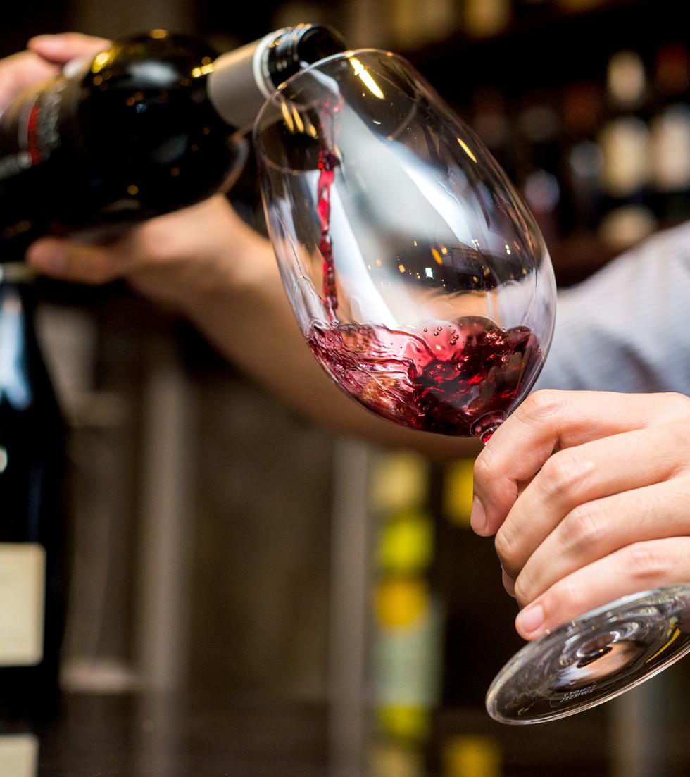 Verser le vin rouge dans un verre