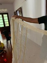 Handbestickte Saris, gemacht von einer unserer Überlebenden im Haus.