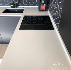 Интериорен дизайн на дневна с кухня и трапезария