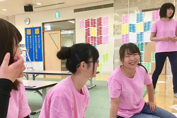 02_学生たちの談笑-min.jpg