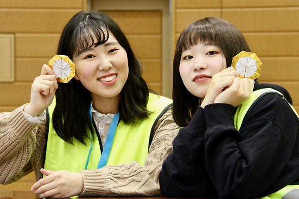 11_折り紙メダルでポーズ-min.jpg