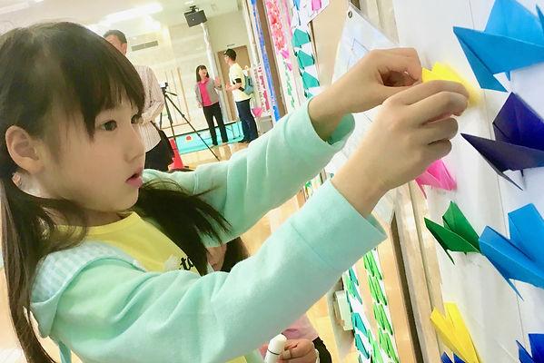 12_折り紙を壁に貼る-min.jpg