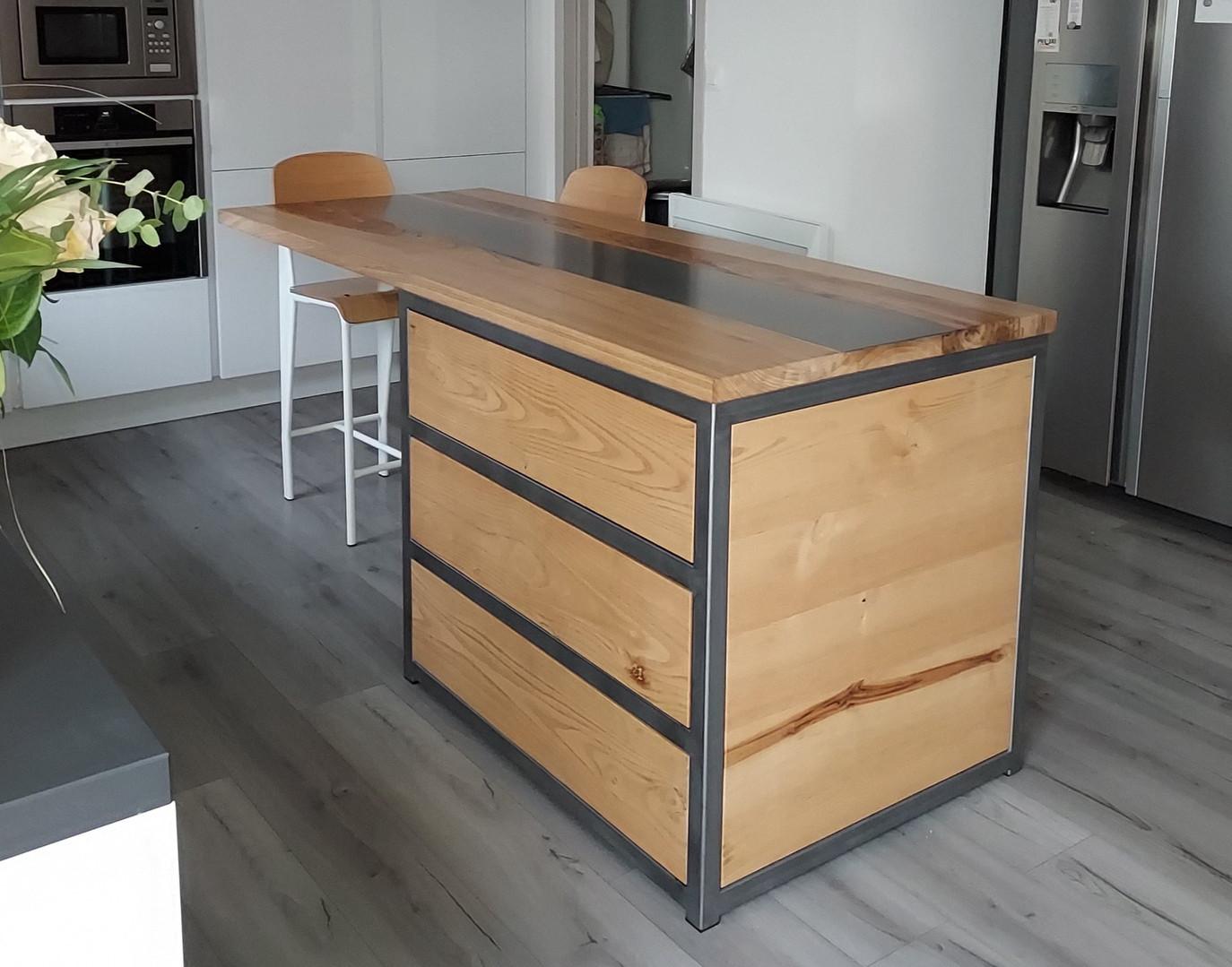 Ilot central de cuisine bois de châtaigner et acier huilé (vue 2)
