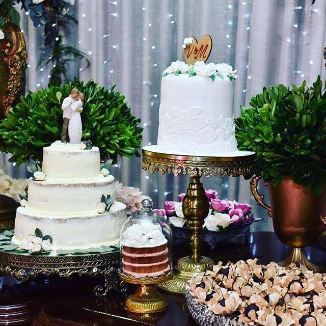 Adoro mesa com vários bolos e vc__Forminhas #forminhas Www.masweetcases.com