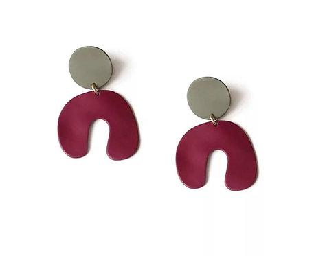 U-kujulised tumepunased kõrvarõngad