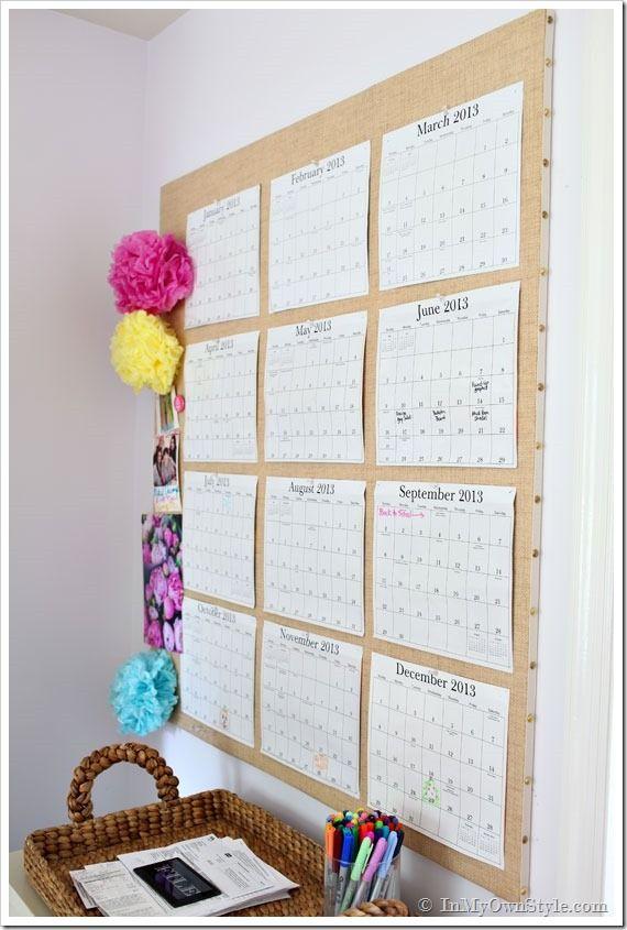 Один из самых простых DIY настенных календарей - 12 листов с месяцами, закрепленных на пробковой доске или другой поверхности.