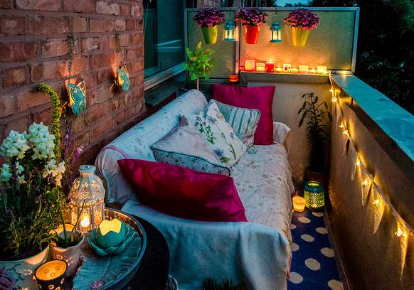 Уютный балкон вечером