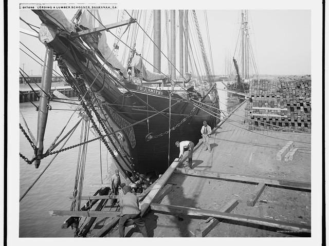 Loading a lumber schooner, Savannah, Ga.