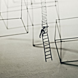 jason-wong-315542-unsplash_man op ladder